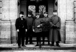 à gauche, le docteur Joseph Chaminade