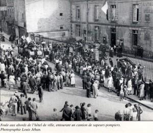 015-1944 Dinan Libération 2 place Duclos devant la mairie