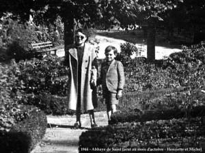 Dans les jardins de l'Abbaye de Saint-Jacut avec ma mère