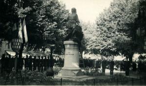 1945, le 5 août, la statue de Beaumanoir retrouve son socle au centre de la place Duclos