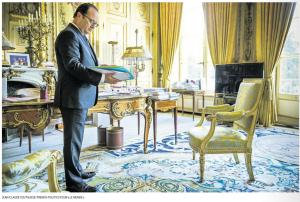Hollande dans son bureau à l'Elysée