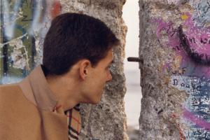 novembre 1989. Mon fils Jérôme regarde à travers le mur