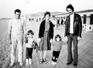 1970, sur les Planches à Deauville avec sa maman, Jérôme et Laure, mes enfants