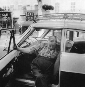 Erasme, le chauffeur de taxi attend le client à l'heure de la sieste