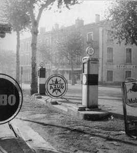 Sur le boulevard Gambetta, la pompe à essence d' M. Artigala