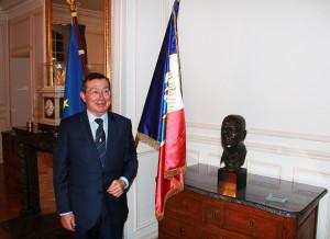 Le président Mario Faure et le buste de Pierre Schwed